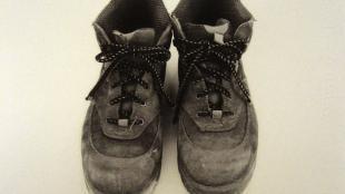 """Sachiko Morita, portrait-chaussures de Jean-Luc Denis, responsable des espaces verts de la ville de Melle, Biennale de Melle """"Etre arbre, être nature"""" 2009."""
