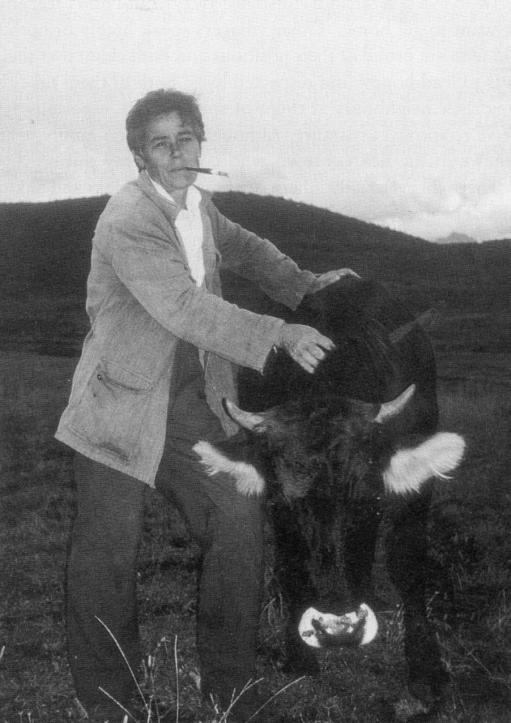 Haki avec sa vache dans un village près de Bajram Curri, photographie prise par Antonia Young, 1994.
