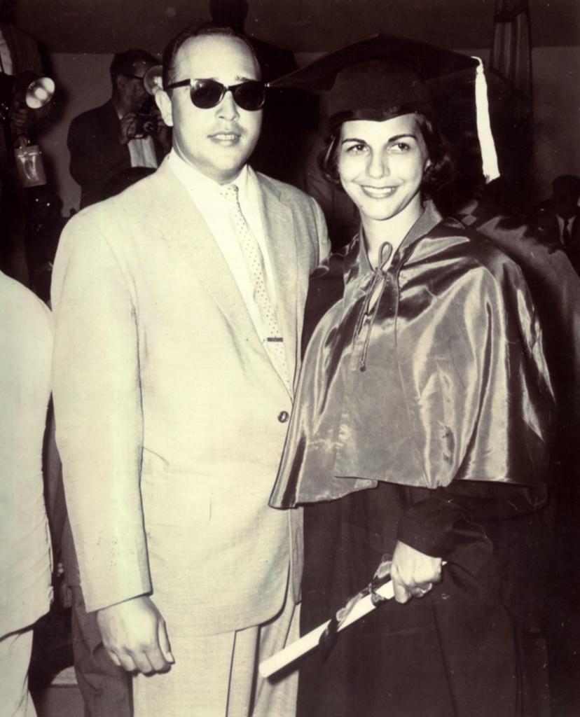 Manolo Tavarez et Minerva Mirabal lors de sa remise de diplôme d'avocate. Collection de la famille Mirabal.