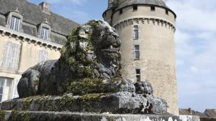 sculpture lion chateau