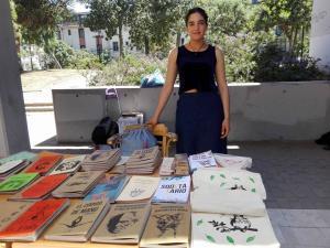Macarena Yupanqui vendant des cartoneras