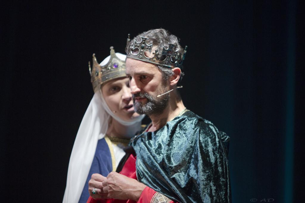Scène théâtre reine roi dialogues