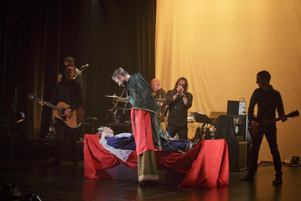 Scène théâtre actrice reine gisant acteur roi groupe de rock